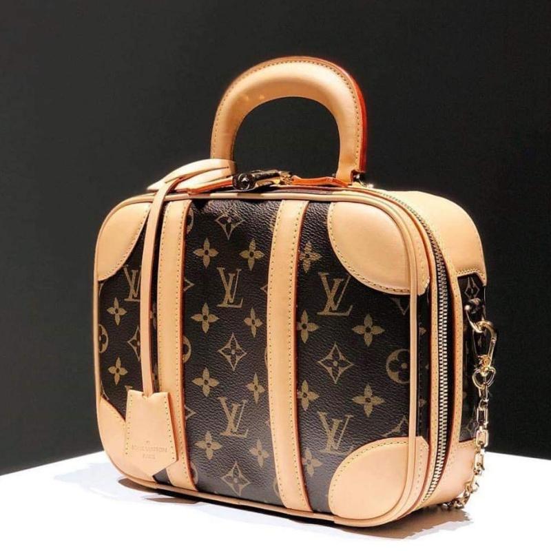 Đúng với tên gọi, chiếc túi xách Mini Luggage của Louis Vuitton như một chiếc vali thu nhỏ