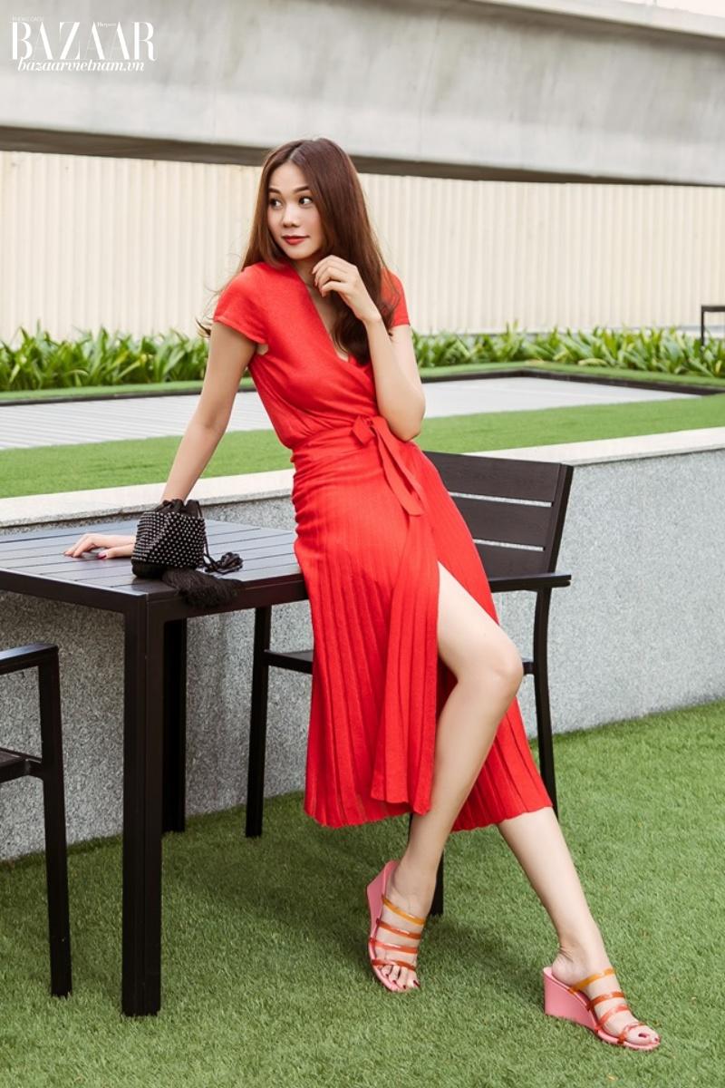 Váy xếp ly xẻ tà quyến rũ kết hợp với áo cùng tông màu. Nàng siêu mẫu trông thật rạng rỡ dưới nắng hè nóng bỏng.