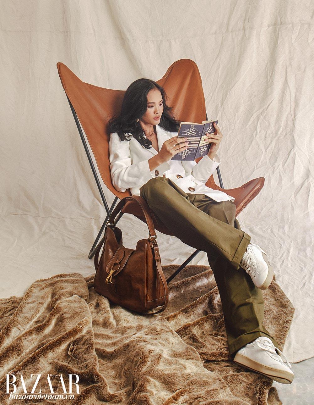 Blazer trắng, quần ống rộng gấp lai phiên bản giới hạn, hoa tai đá, túi xách da khóa kim loại và sneaker, Massimo Dutti