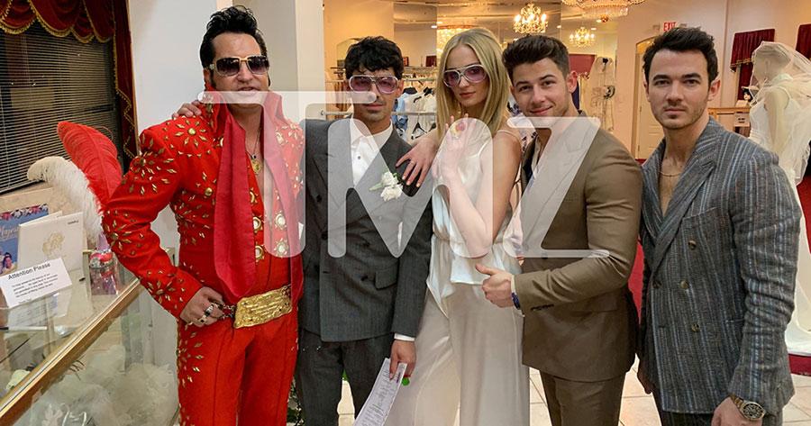 Joe Jonas và vợ mới cưới Sophie Turner. Nick và Kevin Jonas. Và anh chủ nghi lễ giả mạo Elvis Presley. Nguồn: People