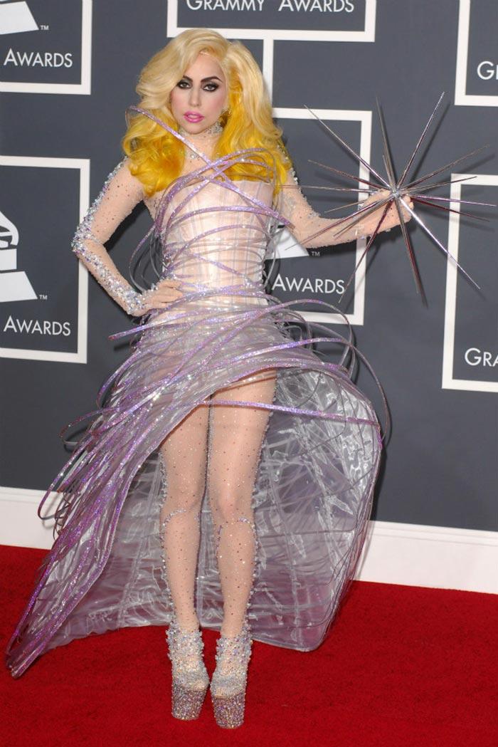 Ca sỹ Lady Gaga trong chiếc váy Armani với chi tiết trong suốt