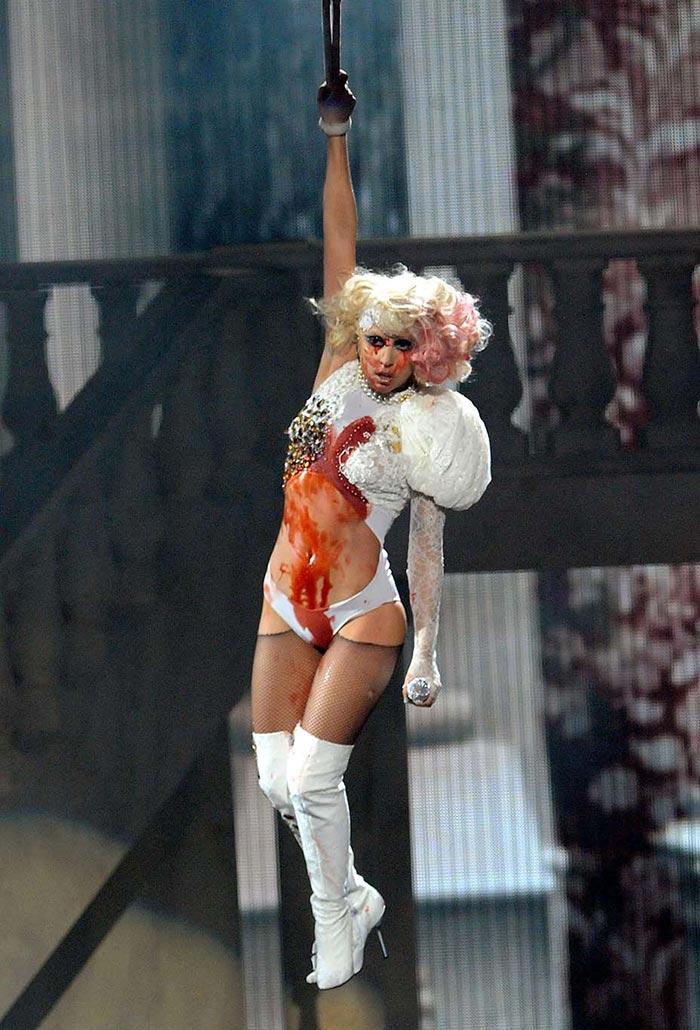 "Lady Gaga mặc bộ bodysuit ""nhuốm máu"" trong buổi diễn live Paparazzi"