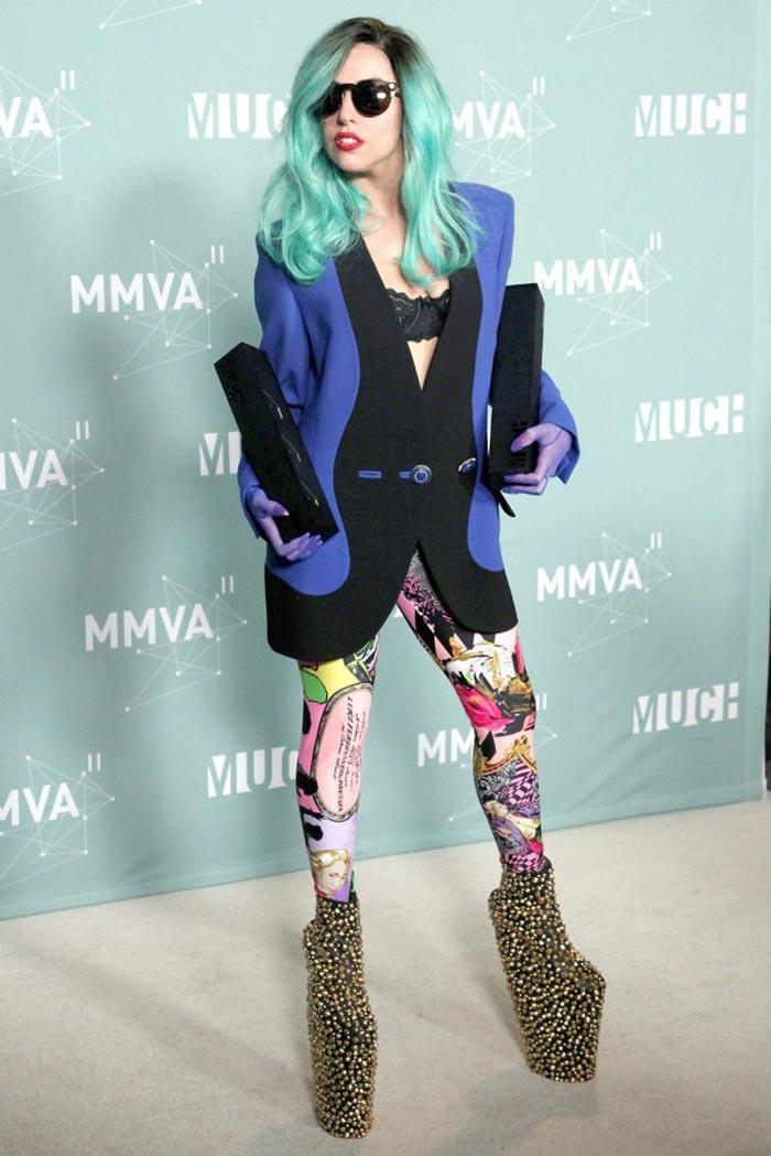 """Chắc chắn không thể thiếu những đôi giày cao gót """"độc, hiếm, lạ"""" của nữ ca sỹ Lady Gaga"""