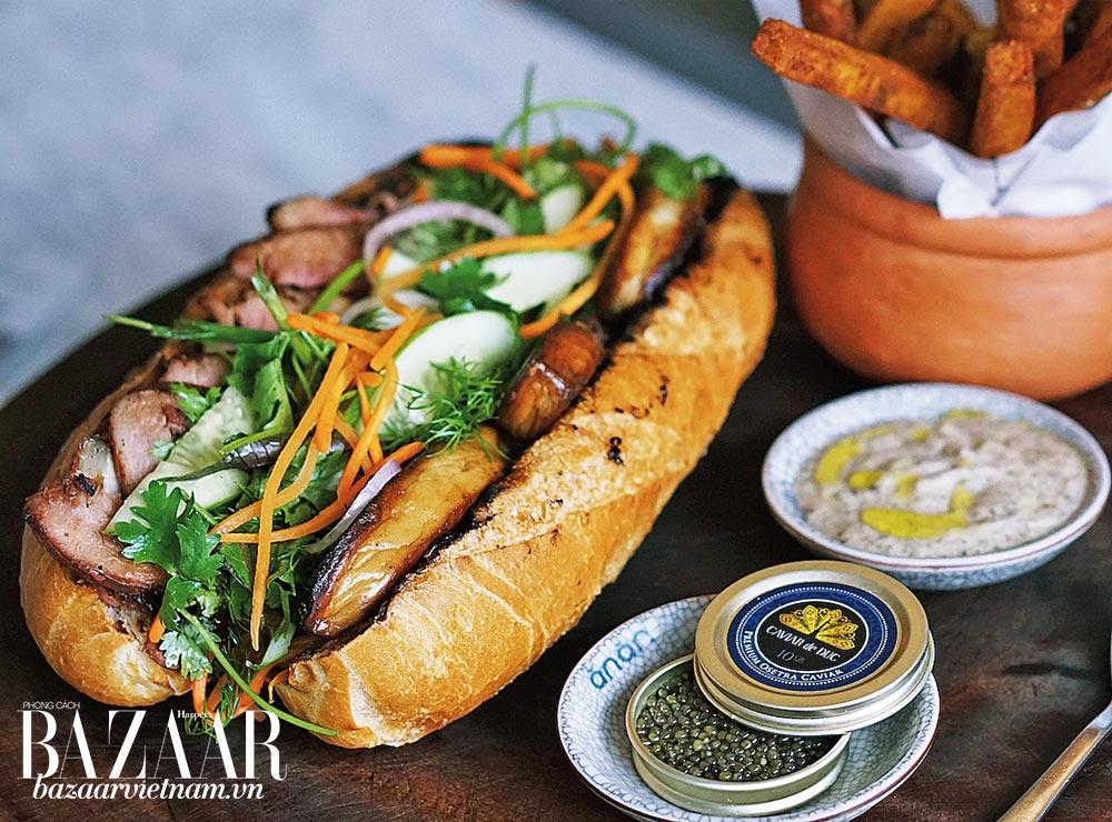 Bánh mì thịt nướng, gan ngỗng sốt nấm cục và khoai lang chiên kèm trứng cá tầm tại Anan Saigon