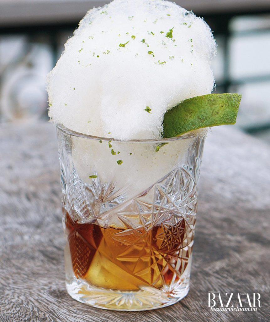 Cocktail Old Fashion cách điệu với trang trí kẹo bông đậm chất Sài Gòn của quán bar Nhau Nhau