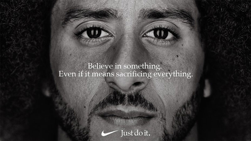 Quảnh cáo Nike với vận động viên bóng bầu dục Mỹ Colin Kaepernick.