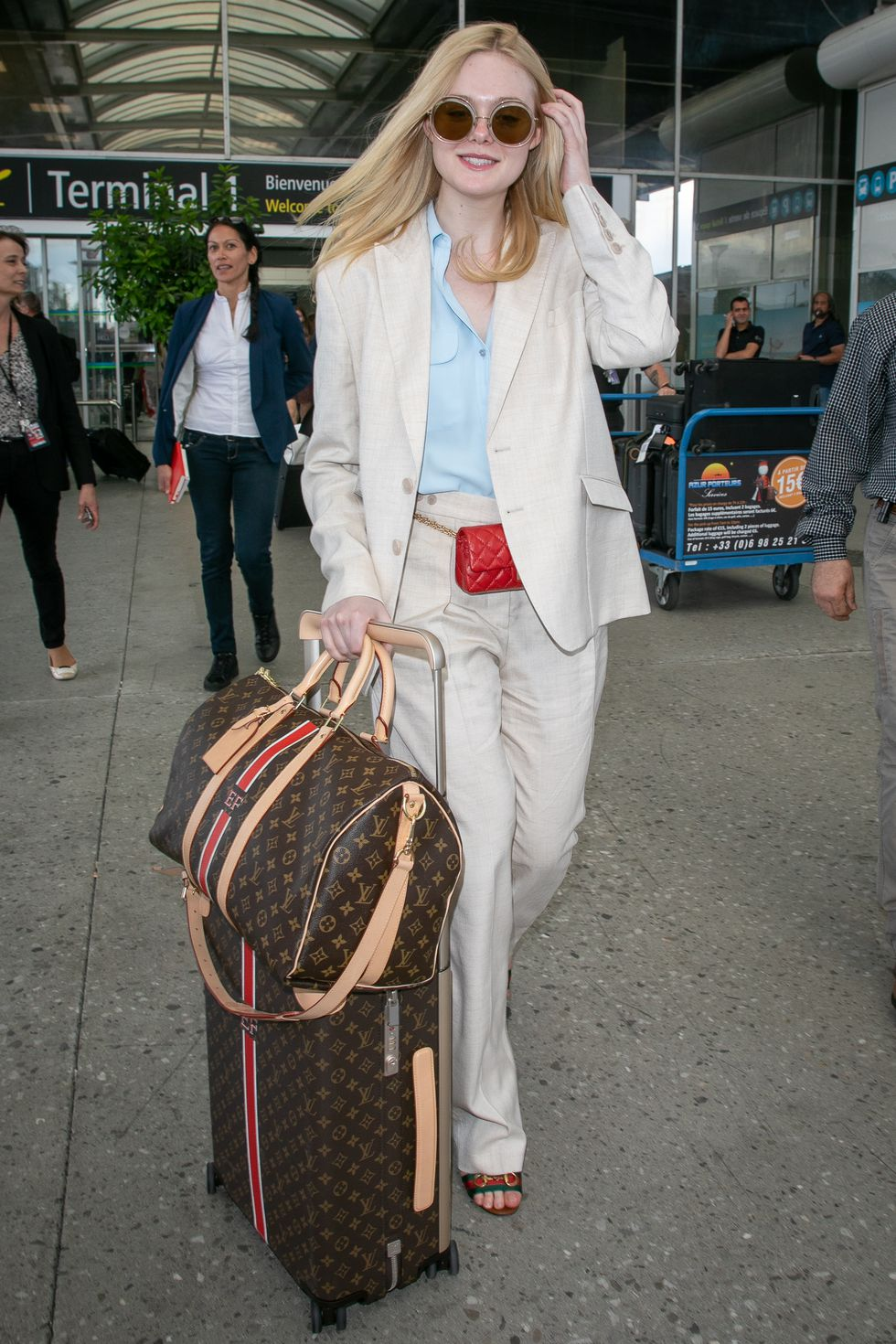Elle Fanning trong bộ suit linen trắng tại đáp sân bay đến Cannes