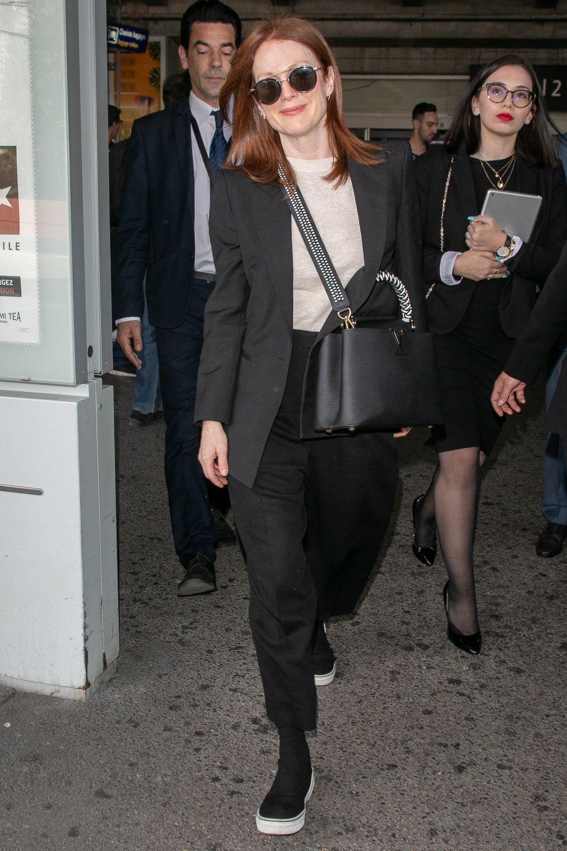Nữ diễn viên gạo cội Julianne Moore mặc suit nghiêm túc để Dự liện hoan phim Cannes 2019. Tuy nhiên, cô ấy đã chọn sneaker để đi bộ thoải mái.
