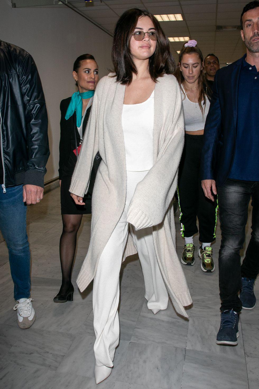 Selena Gomez mặc set đồ vải dệt thoáng mát, mềm mại, tiện để đi du lịch ngày hè