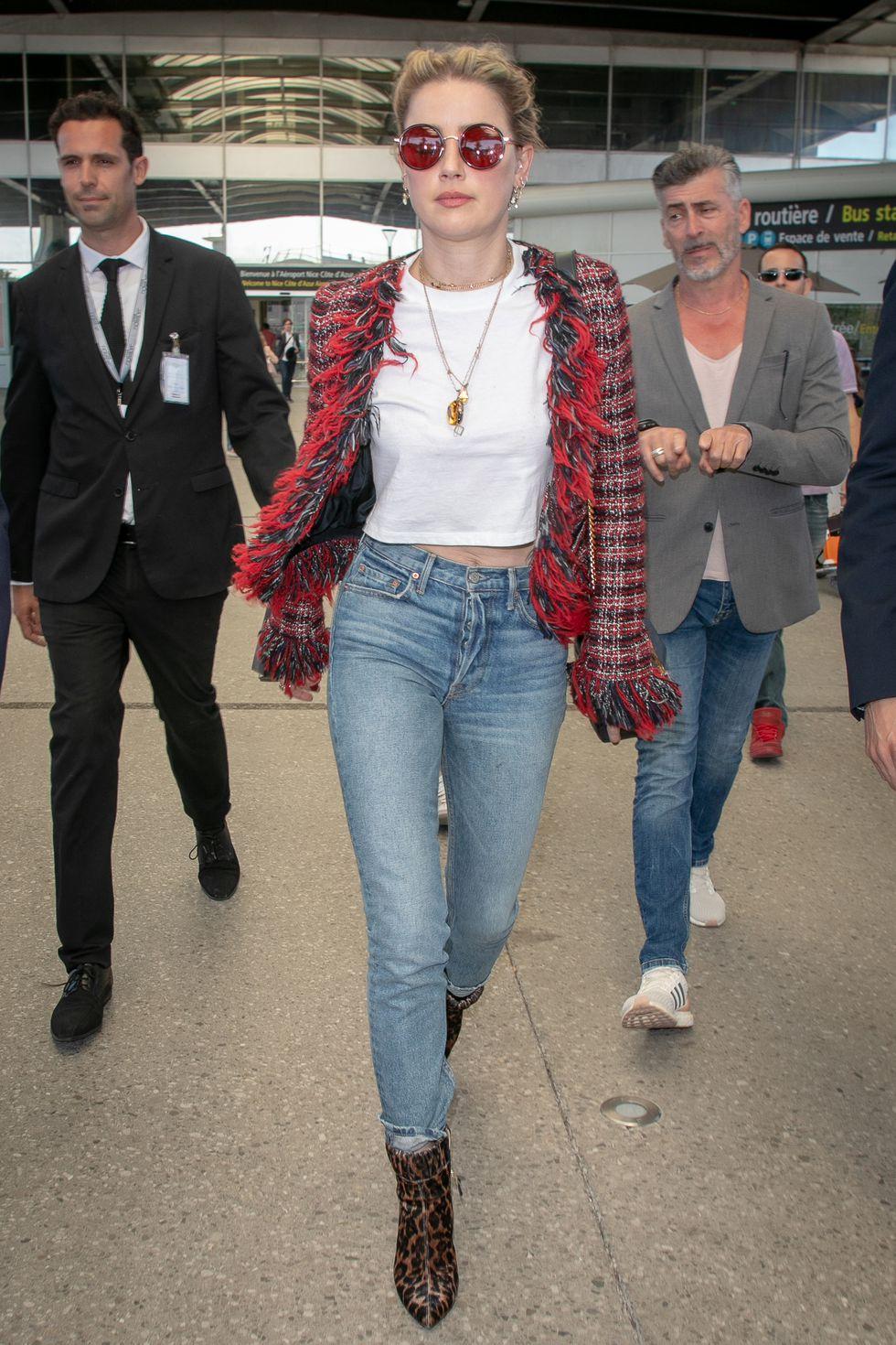 Amber Heard chọn áo khoác tweed để giữ ấm trên máy bay.