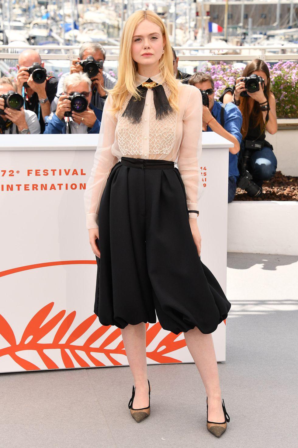Elle Fanning diện Dior đi dự buổi chụp hình ban giám khảo Liên hoan phim Cannes 2019.