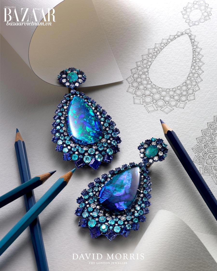 Đôi bông tai Neptune Chandelier của David Morris được chế tác từ titan, opal lửa của Úc, kim cương và sapphire