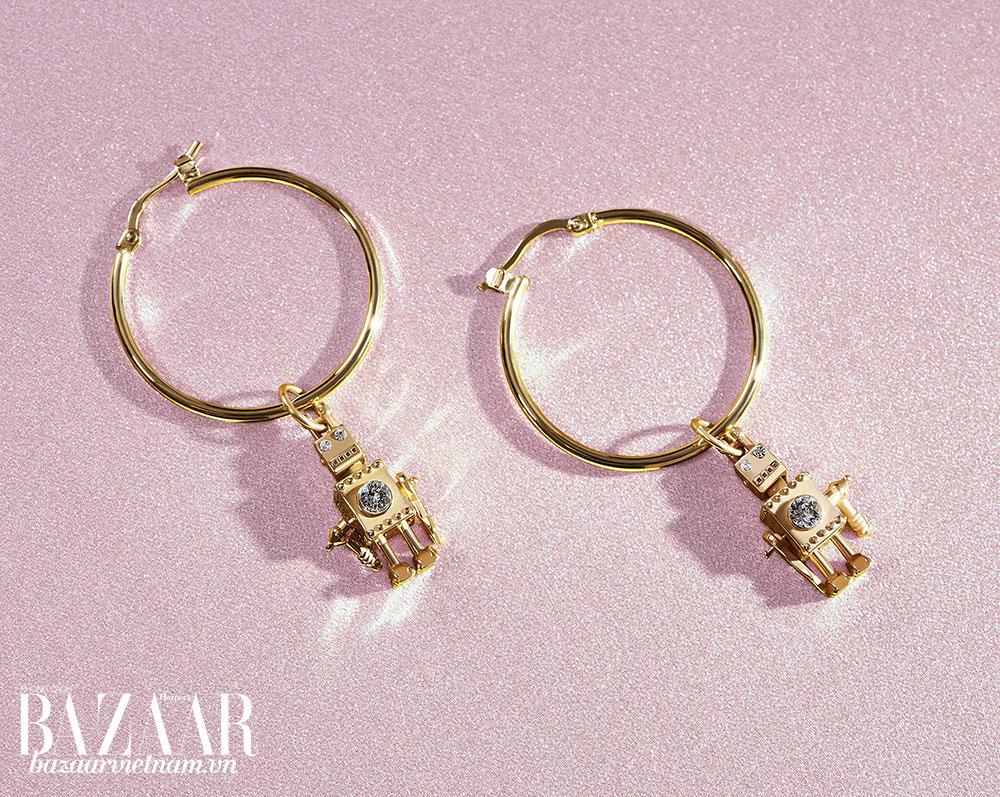 Rôbốt là một biểu tượng luôn xuất hiện trên các thiết kế của nhà mốt Prada, ví dụ xâu chìa khóa hay túi xách. Nay nó tiếp tục được vinh danh trong bộ sưu tập trang sức Prada cao cấp.