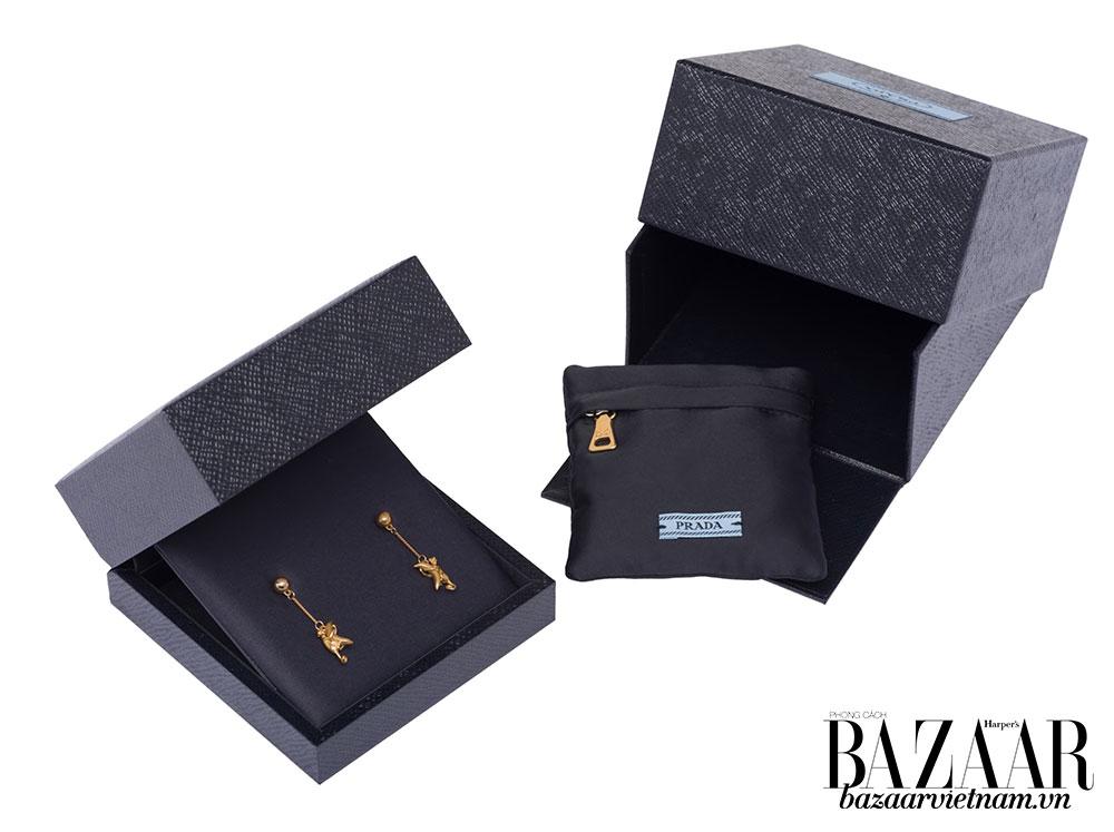 Trang sức Prada cao cấp sẽ được trình bày trong hộp nữ trang đồng nhất với thiết kế minimalist của hãng.