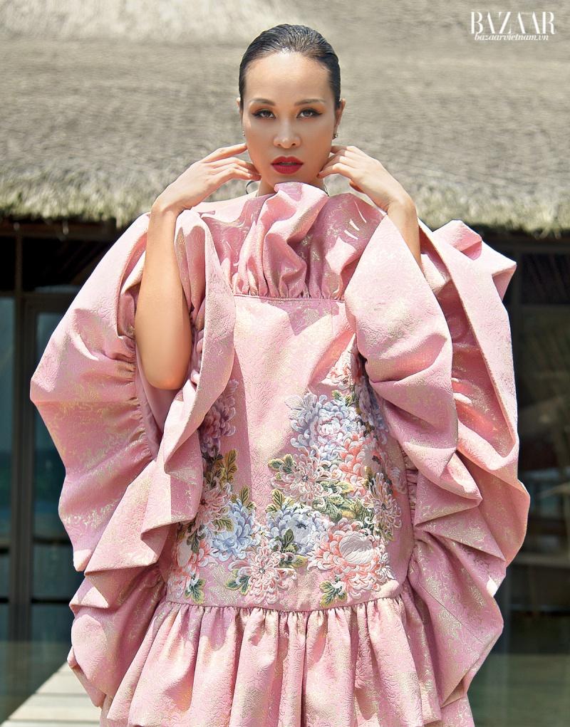 Đầm ngắn nhún bèo, chất liệu lụa chirimen thêu hoa mẫu đơn vùng Nishijin, Yumi Katsura.