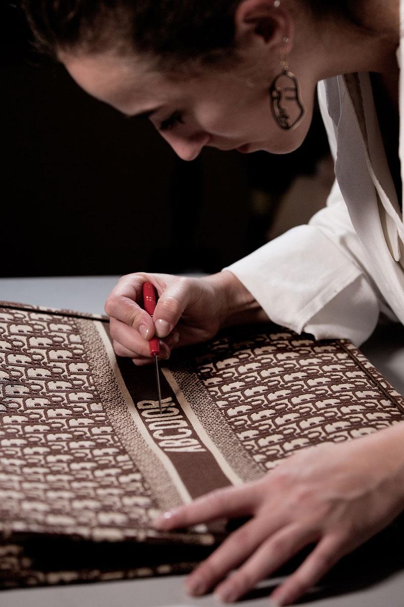 Nghệ nhân sẽ thêu monogram / logo cá nhân của bạn lên các phụ kiện Dior
