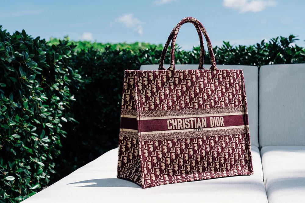 Túi Dior Book Tote bag cũng là một chọn lựa để thêu monogram hay logo cá nhân