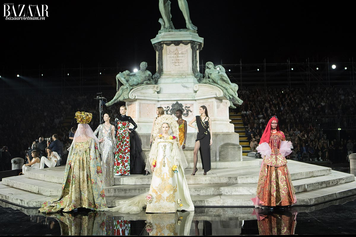 Đêm diễn kết thúc với các thiết kế áo cưới từ Christian Lacroix