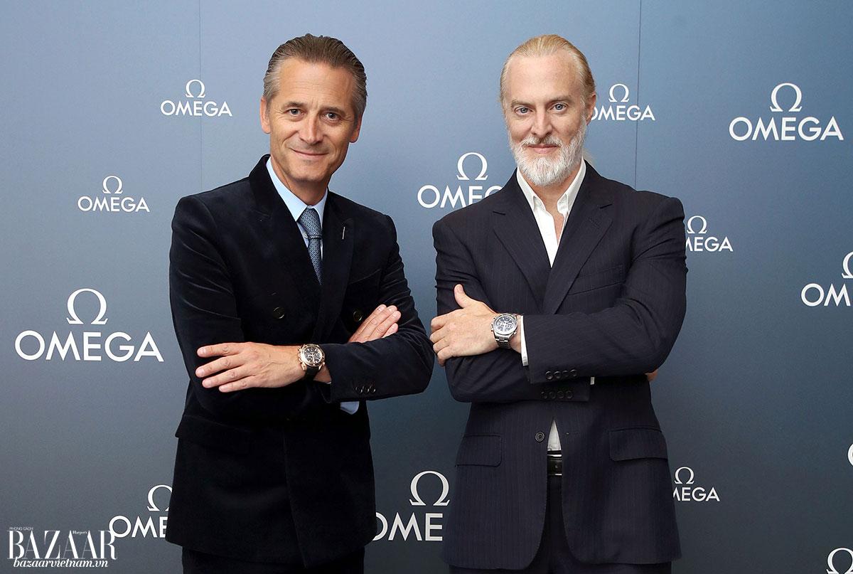CEO và chủ tịch Omega, ông Raynald Aeschlimann (trái) ăn mừng kỷ lục với nhà thám hiểm, doanh nhân Victor Vescovo (phải)