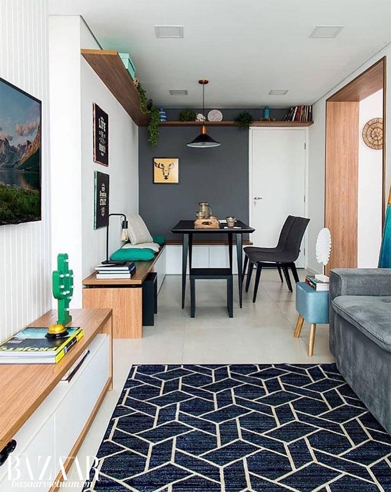 """Chiếc thảm xanh giúp """"phân chia ranh giới"""" giữa phòng khách và phòng ăn của căn hộ"""