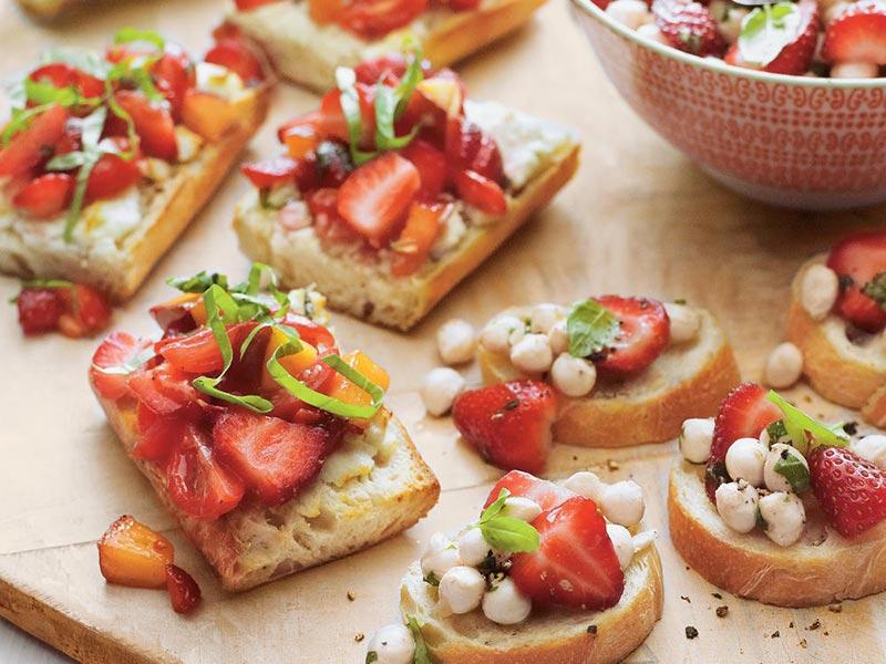 Các loại bánh mì bruschetta, trái cây và phô mai là dạng finger food dễ chịu