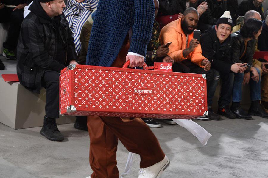 Một chiếc rương Louis Vuitton in logo Supreme và màu đỏ đặc trưng của thương hiệu
