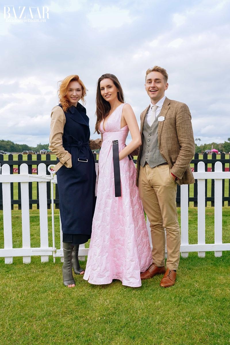 Người mẫu Kelly England Prehn với minh tinh Eleanor Tomlinson và Ross Tomlinson