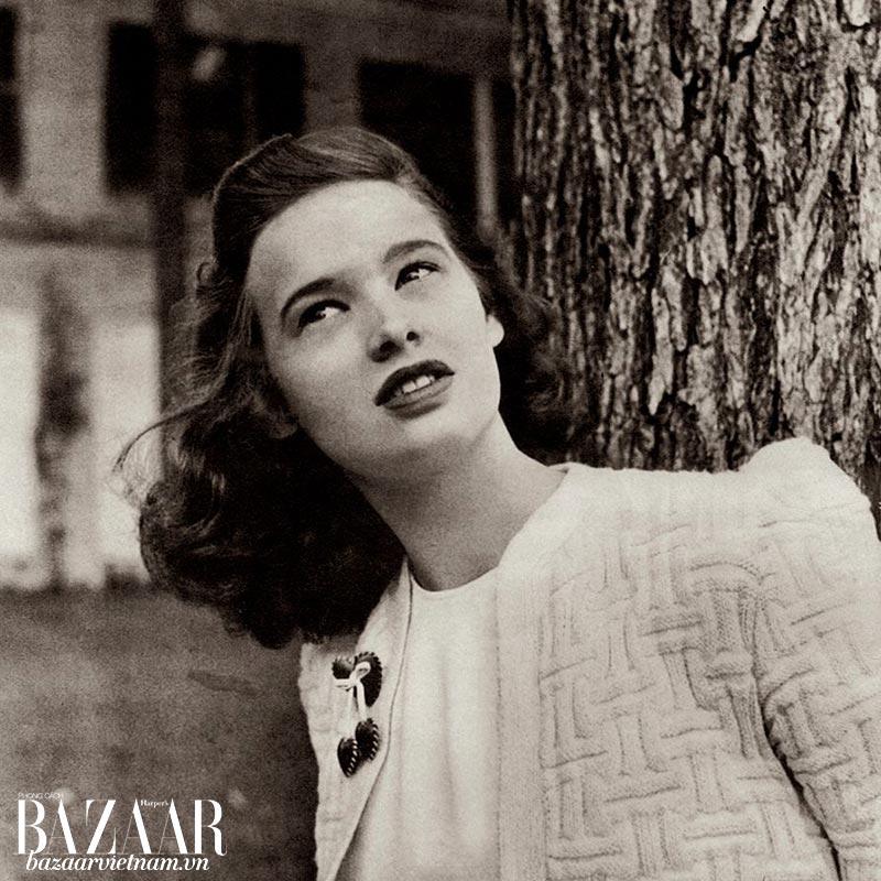 Hình chụp Gloria Vanderbilt năm 17 tuổi, trên tạp chí Harper's Bazaar Mỹ