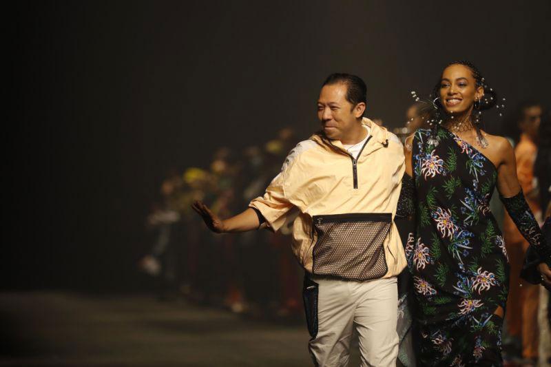 Nhà sáng lập Takada Kenzo bên Solange Knowles, một trong những ca sỹ diễn nhạc sống tại show KENZO Hè 2020