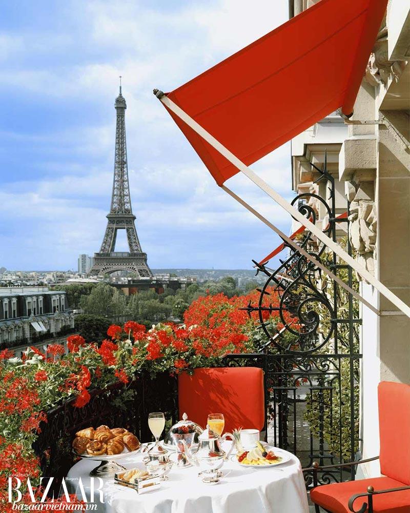 View tháp Eiffel từ ban công khách sạn 5-sao Hotel Plaza Athénée xuất hiện trên Instagram nhiều blogger du lịch đình đám