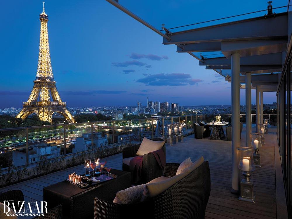 Buổi tối, không cần phải đi đâu xa, chỉ cần ra ban công là bạn có thể ngắm được tháp Eiffel