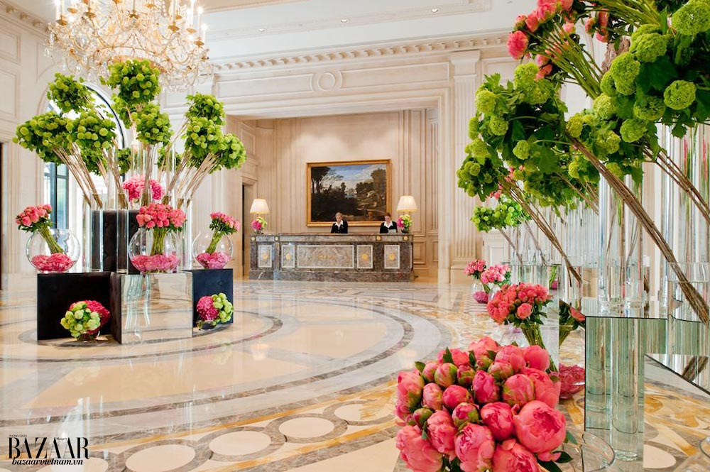 Khách sạn Four Seasons George V có một đội ngũ gồm 9 nhà thiết kế hoa để liên tục thay hoa cắm mỗi ngày