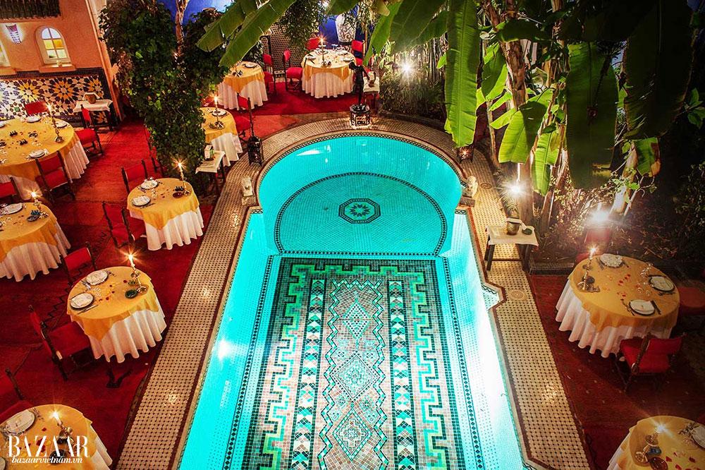 Dùng bữa bên cạnh hồ bơi lát gạch mosaic tinh tế phong cách Ma-Rốc