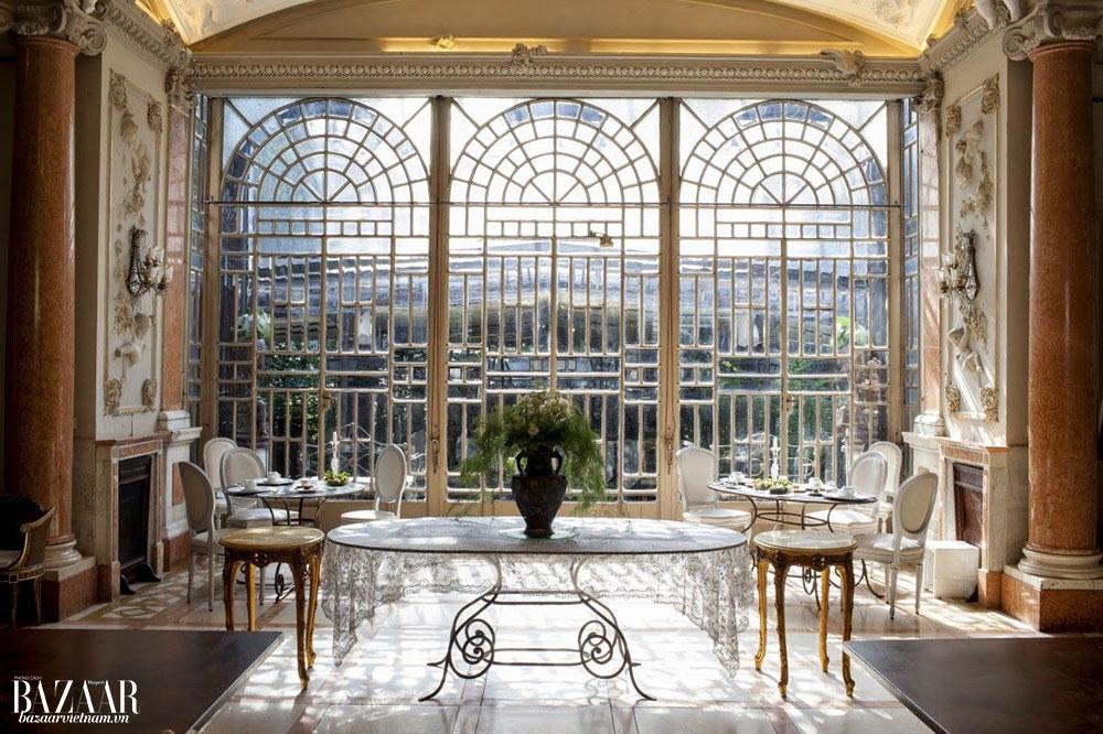 Không gian sống mang phong cách Art Nouveau, như tranh vẽ Alfons Mucha, và bao gồm các vật phẩm trang trí nội thất đến từ chính nhà mốt Fendi