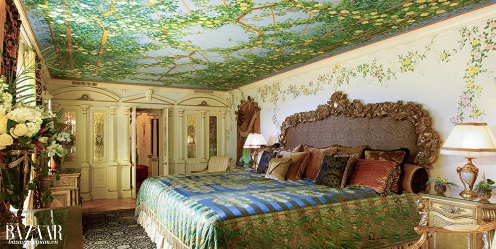 Một căn phòng hoa lệ nơi Gianni Versace từng sống.