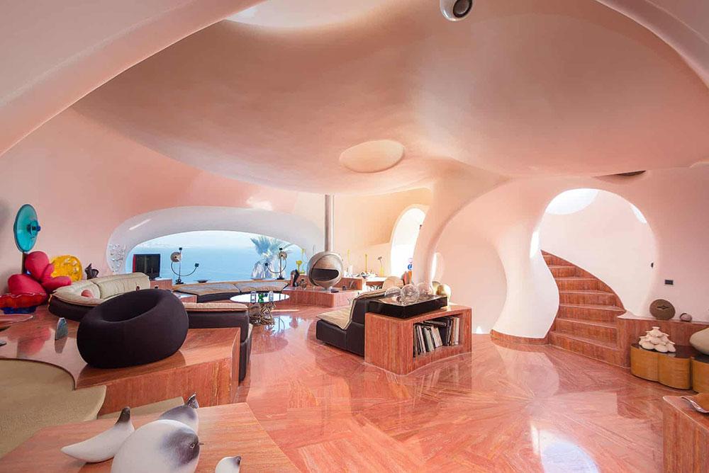 Pierre Cardin từng rao bán lâu đài bong bóng với mức giá 130 triệu đô-la Mỹ năm 2016. Tuy nhiên, không ai muốn mua nó. Và lâu đài vẫn đang thuộc sở hữu của ông.