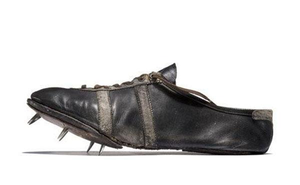 Mẫu giày 2 sọc của Gebrüder Dassler Schuhfabrik, công ty đầu tiên của Adolf Dassler và anh trai