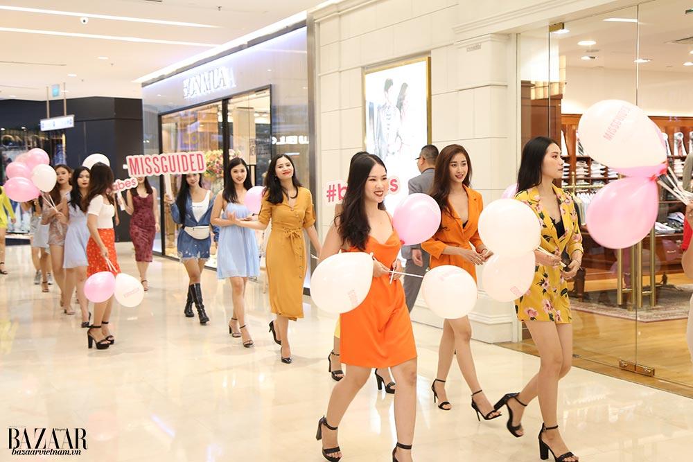 """Các hot girl còn """"quậy tưng"""" Saigon Centre khi đi dạo vòng quanh TTTM với khẩu hiệu MISSGUIDED"""