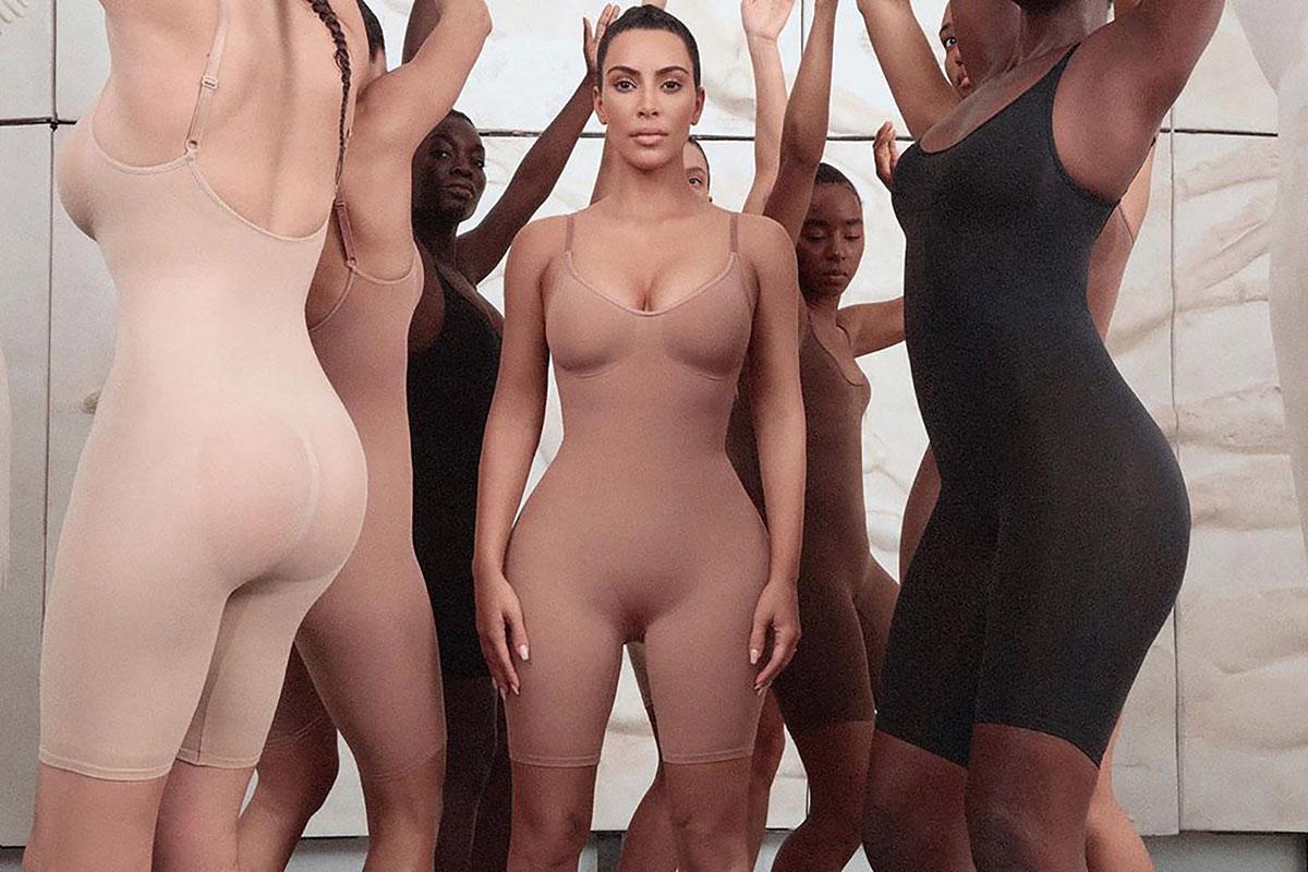 Những hình ảnh quảng cáo đầu tiên do Vanessa Beecroft (một nhiếp ảnh gia thường xuyên chụp ảnh cho Kanye West) tự tay cầm máy.