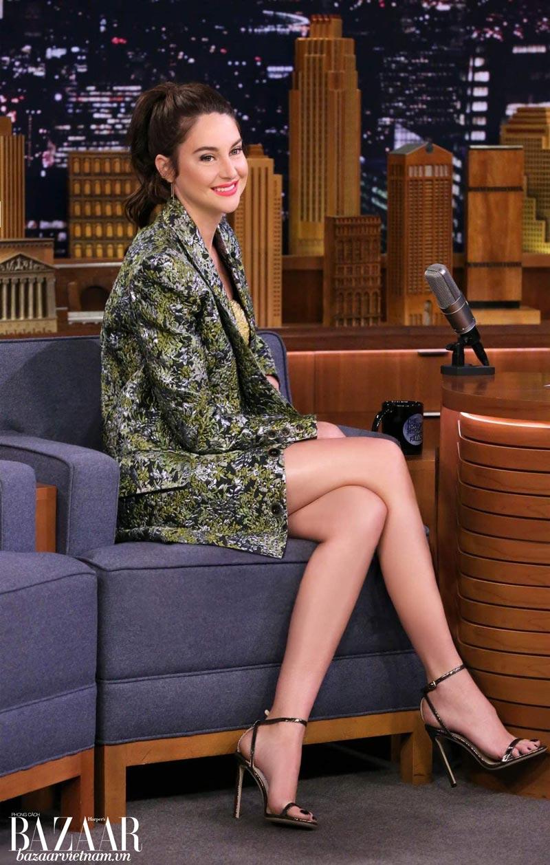 Trang phục Công Trí mang lại vẻ bề ngoài chín chắn nhưng vẫn thời trang cho Shailene Woodley.