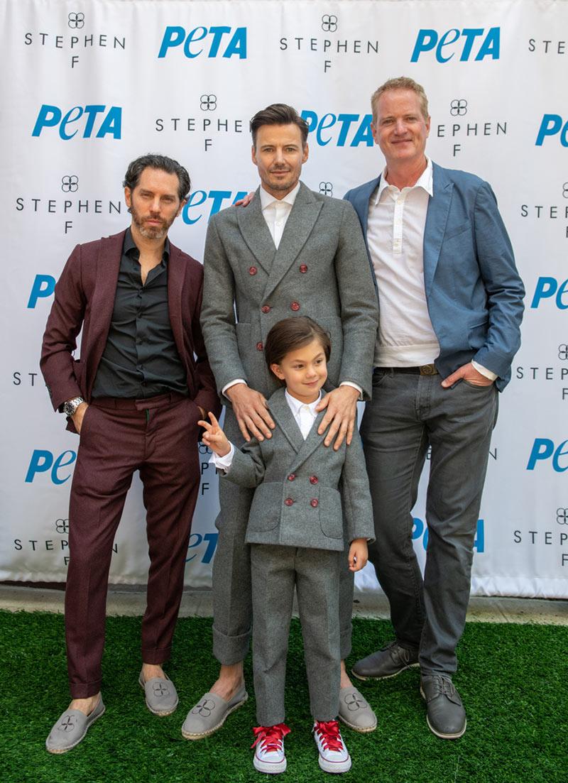 Nhà thiết kế Stephen Ferber (trái) và người mẫu trong bộ suit xám làm từ chất liệu WonderFelt