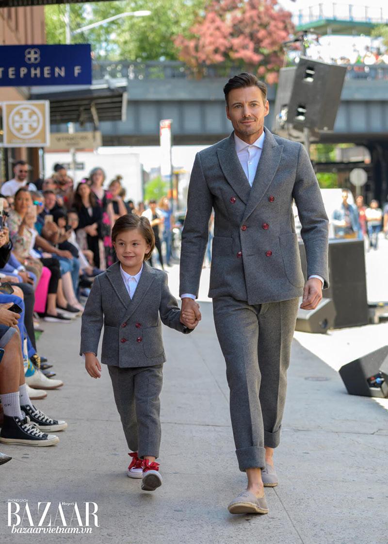Nam người mẫu Alex Lundqvist, một siêu mẫu Thụy Điển từng xuất hiện trong các quảng cáo Versace, Karl Lagerfeld, Guess... sải bước trong bộ suit xám từ chất liệu WonderFelt