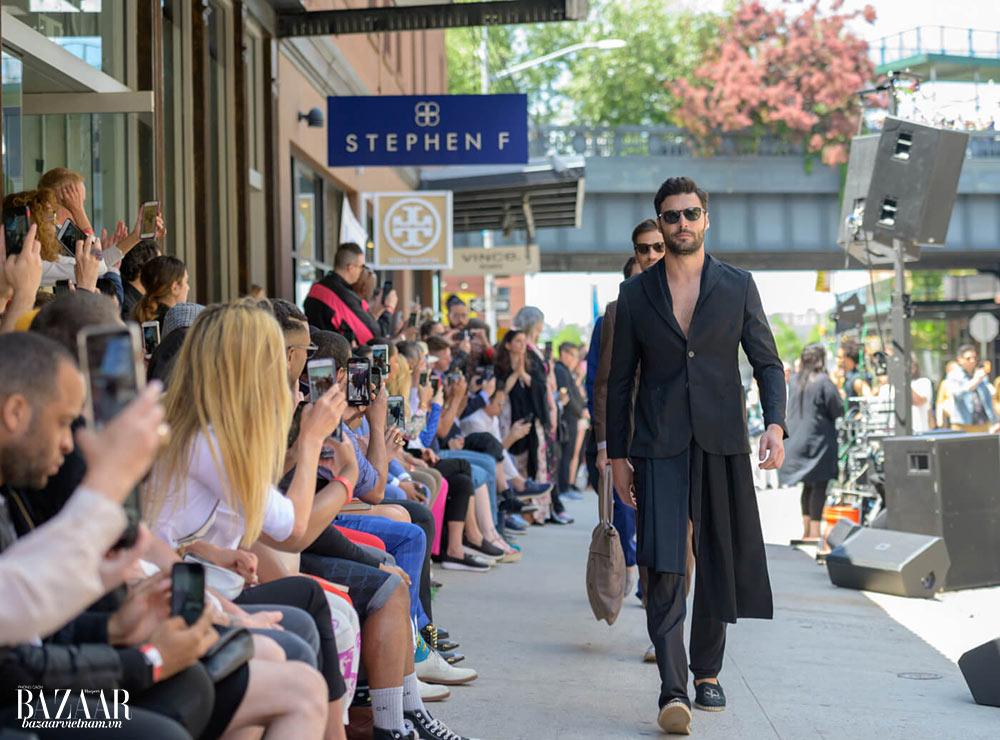 Bộ sưu tập thời trang vegan của nhà thiết kế Stephen F được trình diễn ngay tại đường 12, trước cửa tiệm của ông