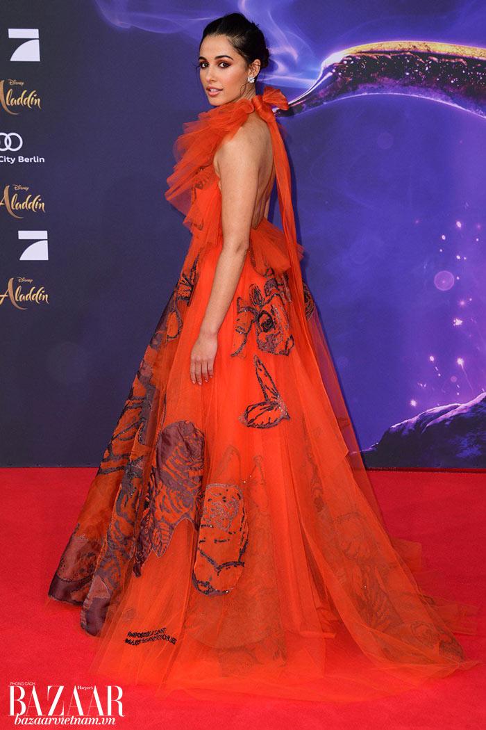 Naomi Scott không ngần ngại diện sắc đỏ bắt mắt. Trong hình là chiếc váy tulle của Valentino, ra mắt tại buổi công chiếu Aladdin ở Berlin.