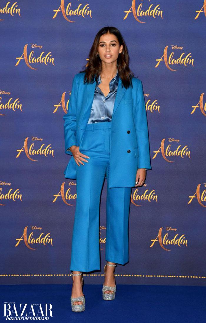 Nữ diễn viên không chỉ mặc váy đầm tha thướt. Cô chọn một bộ suit màu xanh trang nhã từ Paul & Joe cho photocall Aladdin tại London.