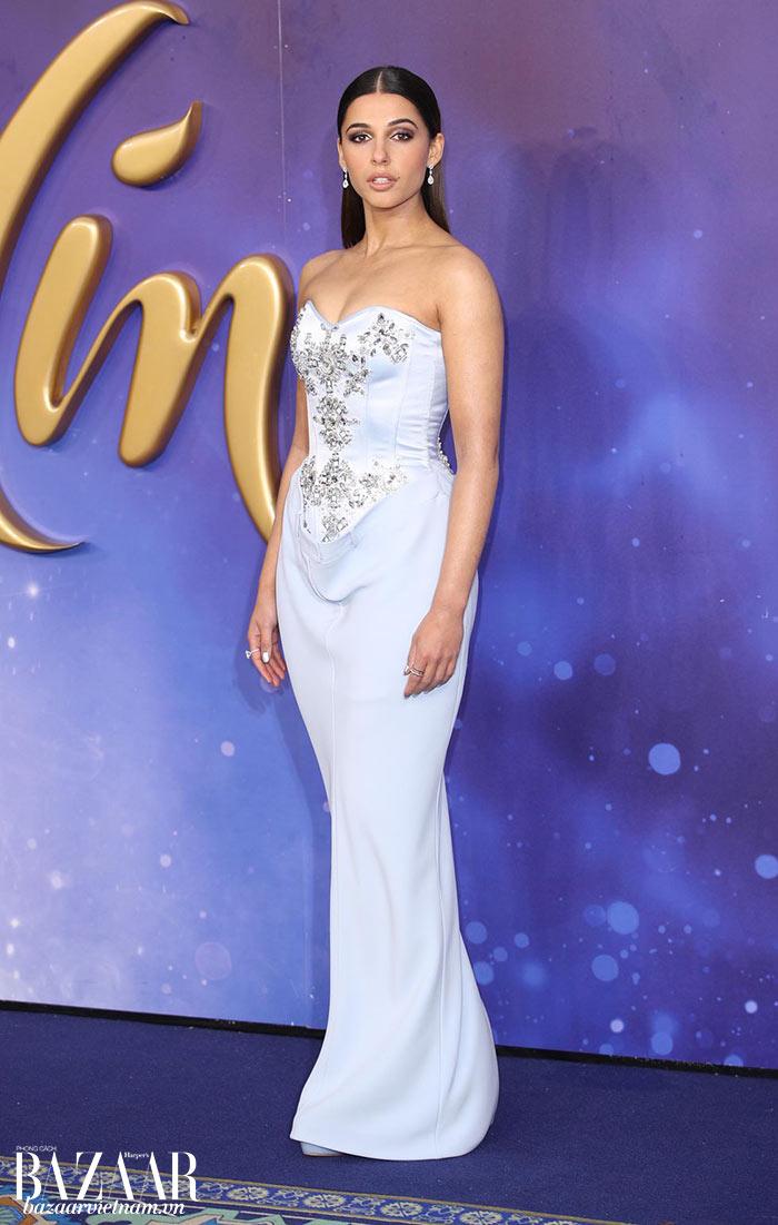 Váy Burberry cho đêm tiệc gala tại buổi công chiếu Aladdin ở London