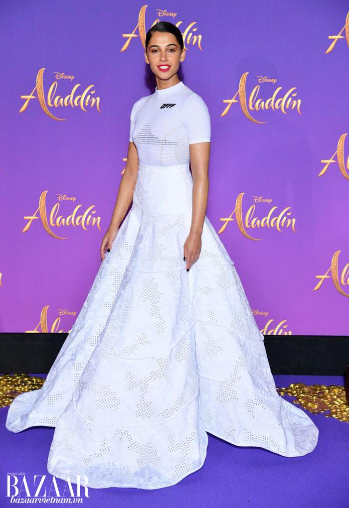 Thêm một lựa chọn không truyền thống cho thảm đỏ. Naomi Scott mặc bộ váy áo từ thương hiệu Off White, một thương hiệu streetluxe của nhà thiết kế Virgil Abloh, cho buổi công chiếu Aladdin tại Paris.