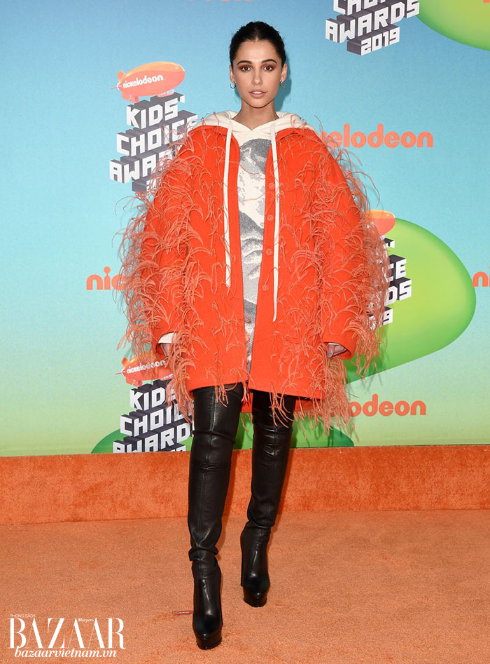 Khi tham dự giải thưởng Kid's Choice Awards, cô cố tình chọn bộ cánh trẻ trung hơn. Trang phục Maison Valentino và bốt cao trên gối của Casadei.