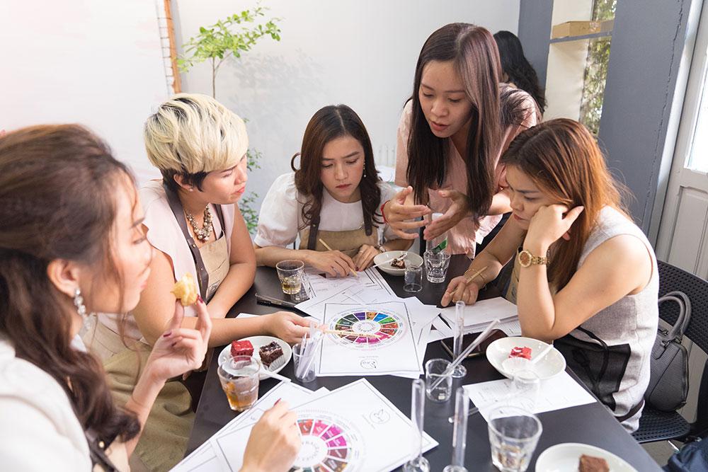Các khách hàng Viện điều trị da Nitipon tham gia một khóa học pha chế nước hoa