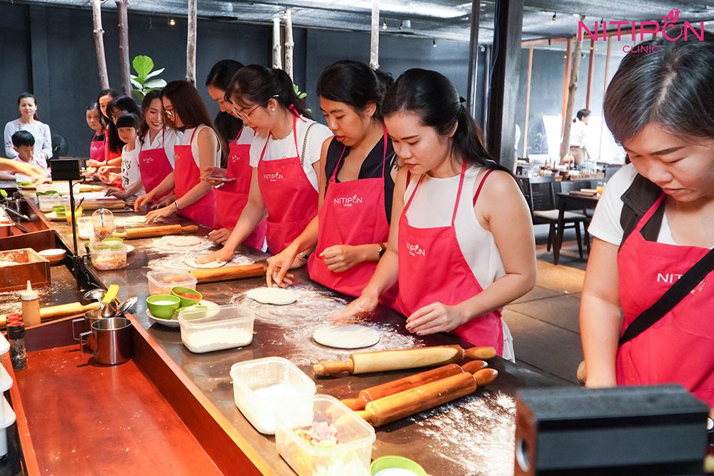 Viện điều trị da Nitipon còn tổ chức khóa dạy làm bánh pizza; mang đến cơ hội thư giãn cho khách hàng